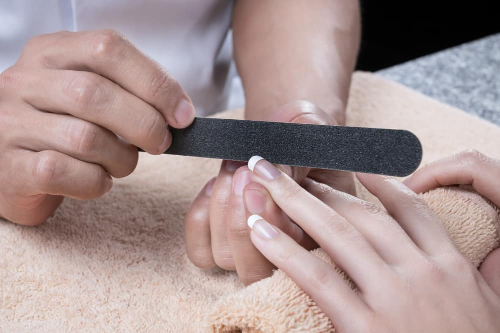 Processing of nails by a nail file